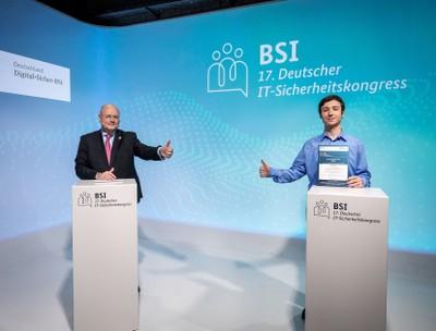 übergibt den Best Student Award an Timo Pohl.   (c) Bundesamt für Sicherheit in der Informationstechnik