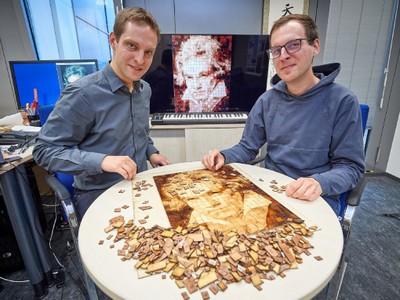 Prof. Matthias Hullin (links) und Doktorand Julian Iseringhausen puzzeln zusammen, was der Computer ausgewählt hat.