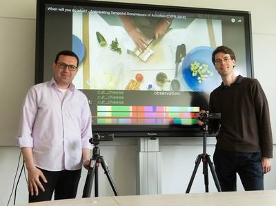 Prof. Dr. Jürgen Gall (rechts) und Yazan Abu Farha vom Institut für Informatik der Universität Bonn. © Foto: Barbara Frommann/Uni Bonn