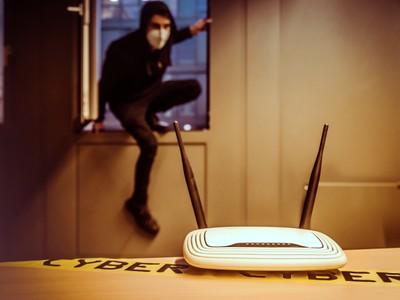 Wissenschaftler der Universität Bonn und des Karlsruher Instituts für Technologie (KIT) entwickeln zusammen mit der Polizeidirektion Osnabrück mit Hilfe von Routern ein System, das vor Eindringlingen warnt. © Christian Doll