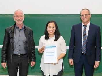 Im Bild (von links nach rechts) Dr. Uwe Franke (Daimler AG), Prof. Angela Yao, Prof. Dr. Reinhard Koch (Präsident der DAGM e.V.) © Foto: DAGM e.V.