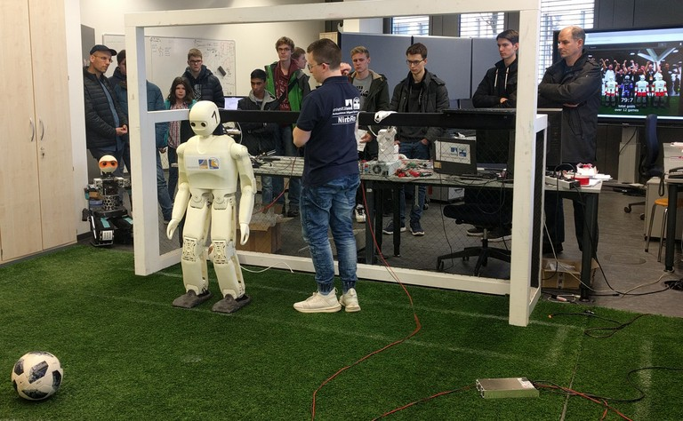 Right click to download: Team NimbRo stellt seine humanoide Fußball Roboter vor