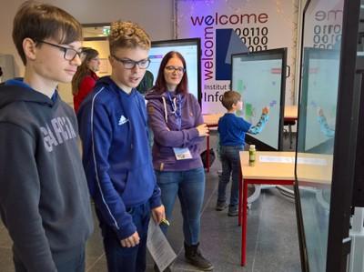 An fünf großen Touch-Displays konnten Schüler*innen spielerisch die Welt der Programmierung erkunden. Mitarbeiter*innen und Studierende des Instituts standen für Hilfe und Fragen zur Seite.