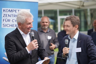 von Prof. Dr. Michael Meier (rechts, Uni Bonn) an Minister Pinkwart (links) Copyright: Digital.Sicher.NRW