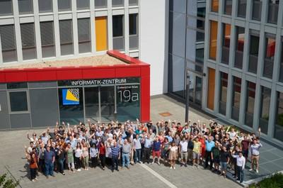 Die Bonner Informatik ist eine der ersten Informatiken in Deutschland. Inzwischen studieren über 2.100 Studierende Informatik im Hauptfach. Über 25 Professoren in sechs Abteilungen lehren und forschen mit über 100 wiss. Mitarbeitern auf Plan- und Drittmittelstellen am Institut und werden durch über 25 technische und Verwaltungsmitarbeiter unterstützt.
